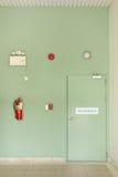 Puerta de la salida de incendios, extintor, alarma de incendio fotos de archivo