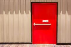 Puerta de la salida de socorro rojo Imagen de archivo libre de regalías