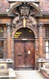 Puerta de la Universidad de Cambridge con el escudo de armas Imagenes de archivo
