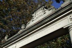 Puerta de la Universidad de Harvard Imagen de archivo libre de regalías
