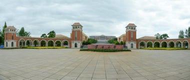 Puerta de la universidad de Yunnan imagenes de archivo