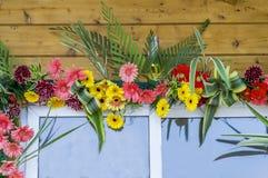 Puerta de la ventana adornada con las flores Fotografía de archivo libre de regalías