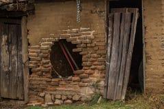 Puerta de madera abandonada fotografía de archivo libre de regalías