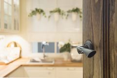Puerta de madera abierta al interior moderno de la cocina para el fondo Foto de archivo libre de regalías