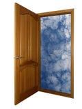 Puerta de madera abierta y cielo en blanco Fotos de archivo libres de regalías