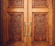 Puerta de madera adornada con el ornamento imagen de archivo libre de regalías
