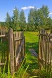 Puerta de madera al jardín Imágenes de archivo libres de regalías