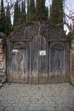 Puerta de madera al monasterio del bobde fotografía de archivo