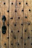 Puerta de madera antigua con los postes del hierro Imagen de archivo libre de regalías