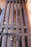 Puerta de madera antigua de un castillo medieval Imagen de archivo