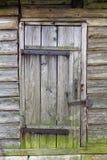 Puerta de madera antigua en la pared del registro de la casa Imagen de archivo