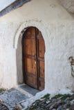 Puerta de madera antigua en un callejón apretado de Berat Foto de archivo libre de regalías
