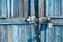 Puerta de madera azul con la cerradura imagen de archivo