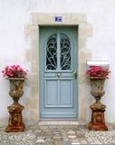Puerta de madera azul con las plantas de la flor fotografía de archivo libre de regalías