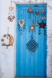 Puerta de madera azul de la arquitectura mediterránea Foto de archivo libre de regalías
