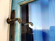 Puerta de madera azul del viejo estilo retro del vintage con una manija vieja hermosa - efecto lamentable de la elegancia y del v foto de archivo