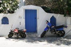 Puerta de madera azul tradicional en Grecia Imágenes de archivo libres de regalías