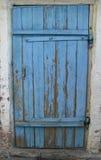 Puerta de madera azul vieja cerrada Foto de archivo