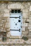 Puerta de madera blanca en piedra Fotografía de archivo