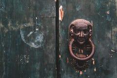 Puerta de madera cerrada del viejo vintage con la cerradura de puerta, textura, fondo imagenes de archivo