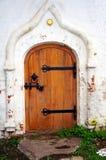 Puerta de madera cerrada - detalle de la iglesia blanca vieja Foto de archivo libre de regalías