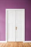 Puerta de madera cerrada en el apartamento con las paredes coloreadas Imagenes de archivo