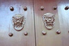 Puerta de madera china Imagen de archivo libre de regalías