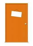 Puerta de madera con el colgante de la muestra en blanco Fotos de archivo