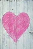 Puerta de madera con el corazón rosado fotos de archivo libres de regalías