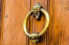 puerta de madera con el golpeador del metal Imagen de archivo
