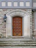 Puerta de madera con el marco de piedra imagen de archivo