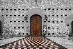 Puerta de madera con el sitio ingenioso de la entrada imagenes de archivo