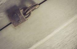 Puerta de madera con la cerradura oxidada Fotografía de archivo libre de regalías