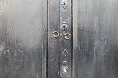 Puerta de madera con la cerradura y el golpeador foto de archivo libre de regalías