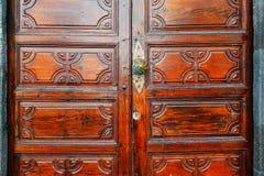 Puerta de madera con la cerradura y el golpeador foto de archivo