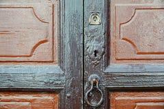 Puerta de madera con la cerradura y el golpeador fotografía de archivo