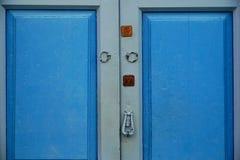 Puerta de madera con la cerradura y el golpeador fotografía de archivo libre de regalías
