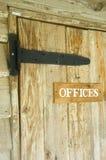 Puerta de madera con la señalización de las oficinas Imágenes de archivo libres de regalías