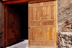 Puerta de madera con la talla imagen de archivo