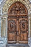 Puerta de madera con las figuras talladas Fotos de archivo libres de regalías