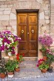 Puerta de madera con las flores Imagen de archivo