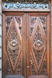 Puerta de madera con las trabajos de metalistería imágenes de archivo libres de regalías