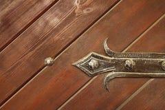 Puerta de madera con los elementos forjados Imagen de archivo