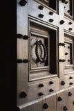 Puerta de madera con los puntos y el golpeador. fotografía de archivo libre de regalías