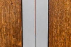 Puerta de madera con textura de las fronteras del metal Foto de archivo libre de regalías