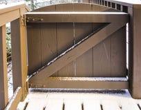 Puerta de madera de Brown con nieve Fotos de archivo