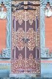 Puerta de madera de la casa de campo con el ornamento tallado Foto de archivo libre de regalías