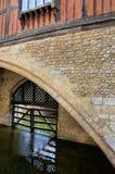 Puerta de madera de la cual protege una zanja en la torre imágenes de archivo libres de regalías