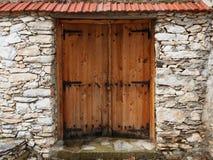 puerta de madera de la Doble-hoja en una pared de piedra Imagenes de archivo