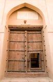 Puerta de madera de la fortaleza de Rustaq Imágenes de archivo libres de regalías